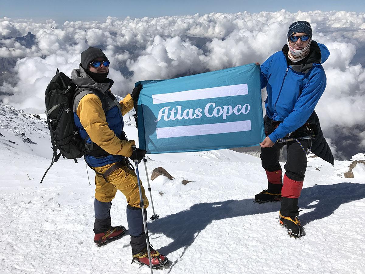 Флаг Atlas Copco на вершине Эльбруса
