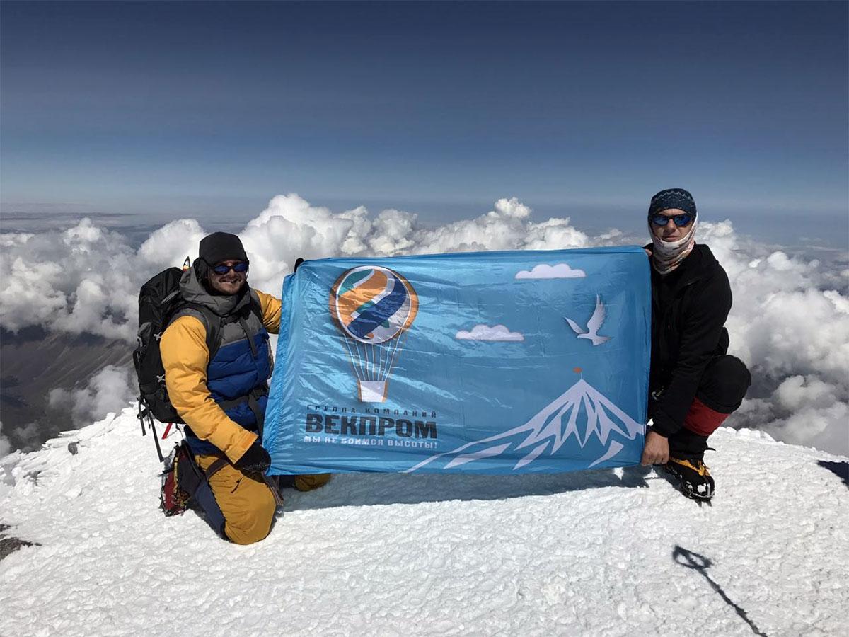 флаг Atlas Copco на вершине континента — в знак укрепления дружеских отношений между компаниями